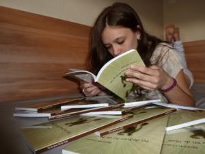 Mathilde Chabot en train de lire son livre